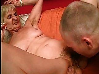 Granny leva seus dentes para uma melhor chupar