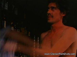 Sexy babe tem seu bichano peludo enroscado com um pau enorme