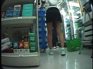 Sexo asiático em uma loja lotada