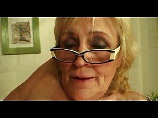 Saggy titted avó em óculos e meias fode mais