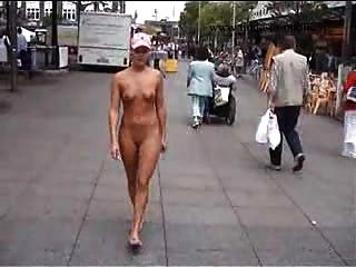 Dani andando nu em público