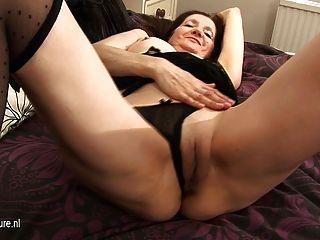 Dona de casa amadora córnea brincando com sua buceta molhada
