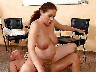 Velho fode uma menina grávida