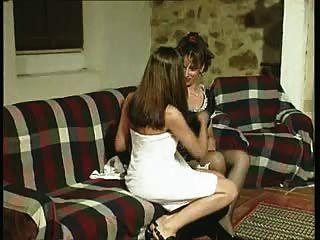Gabriela.Empregada é vítima dos desejos de sua amante.
