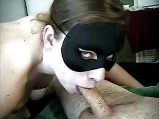 Novos anos garganta profunda com máscara e garganta cum