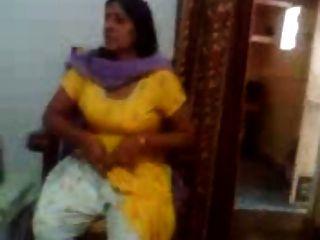Vídeo de sexo indiano de uma tia indiana mostrando seus seios grandes