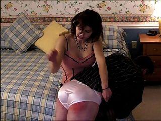 Panty pervert é espancada por ir através de sua calcinha