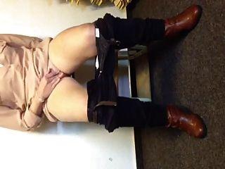 Pintainho alemão squirts brutal em um banco