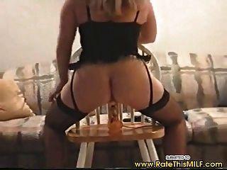 Milf amador em lingerie sexy indo para cima e para baixo no vibrador