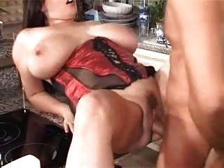 Grandes peitos na cozinha