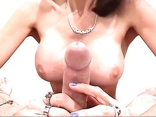 O milf feio grande do titty suga o dick \u0026 obtem o titty fodido