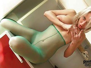 Mendy tem mamas grandes e ama nylons e ela masturbated em t