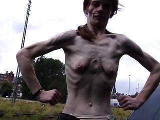 Uma mulher madura magro com pequenos peitos vazios saggy