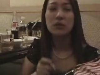 Caixa coreana do karaoke da menina