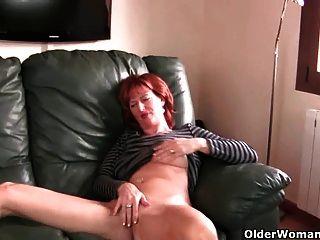 Mamãe madura ruiva brinca com seus mamilos e pussy