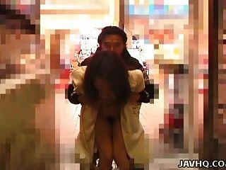 Quente japonês teen exibe e fica fodido ao ar livre