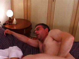 Gordinho maduro com bichano peludo