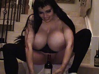 Teddi barrett big boob em vestido preto na escada