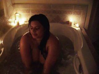 Sophia toma um banho mostrando fora seus melões enormes