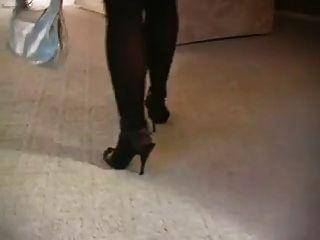 Hot blonde milf fumando em meias e calcanhares