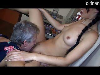 Velha vovó e garota sexy