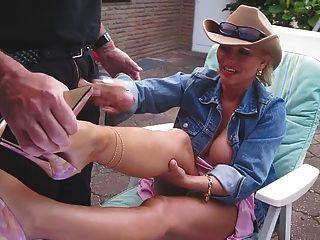 Handjob e cumshot em suas pernas nacked com salto alto agradável
