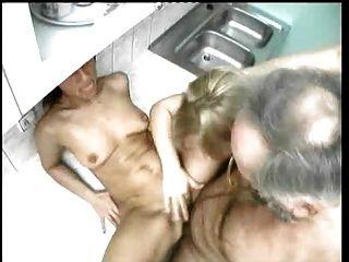 Fumador de tubulação cria esposa e filha de etapa