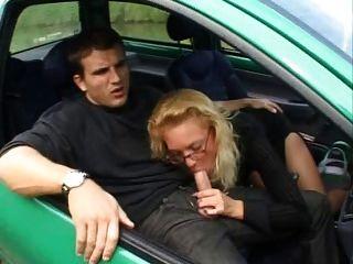 Francês maduro fode analmente em um twingo