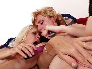 Loura milfs beijando lamber e consolador fodendo