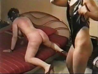 Minha esposa castigada severamente por uma amante.Vídeo caseiro