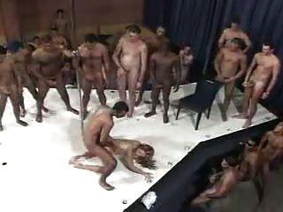 Uma brasileira e 100 homens