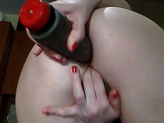 Sexy girl cam com burro perfeito joga com o vibrador em sua bunda