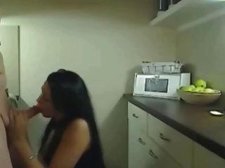 Fodendo esta mulher quente enganando horny na cozinha