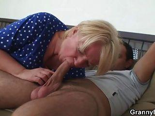 Sexo selvagem com a gordura madura loira