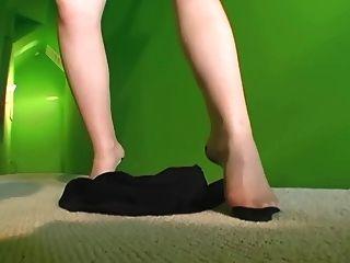 Quente tiras milf em calcinha pura e meias