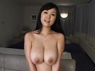 Menina bonita sexy com peitos grandes