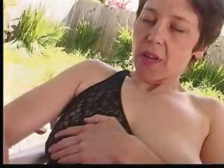 Peludo maduro masturbates no jardim