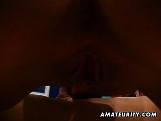 Adolescente amador quente suga e fode com corrida facial