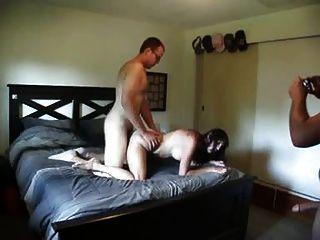 Amigo fode a esposa enquanto ela está chupando seu marido