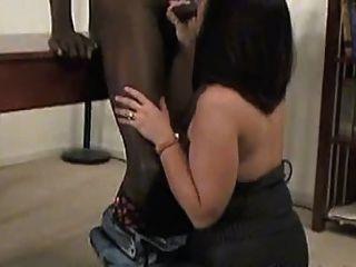 Uma sexy madura em meia-calça leva um galo preto