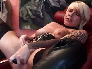 Madura madura brincando com brinquedos sexuais