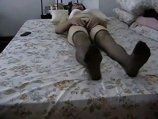 Avó amadora masturbates seu bichano peludo!