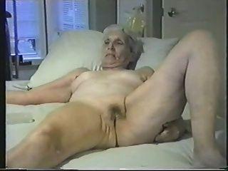 Mulher velha exposta nu para todos os voyeurs internet