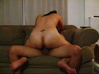 Quente latina amadora morena dando um bom passeio no sofá