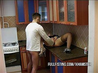 Cadela quente fica fisted e ass fucked na cozinha