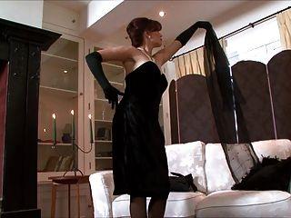 Beijo do azevinho uma senhora, toda vestida no preto!
