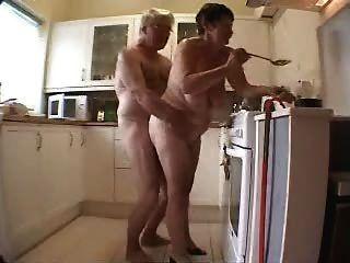 Velho, par, tendo, divertimento, cozinha