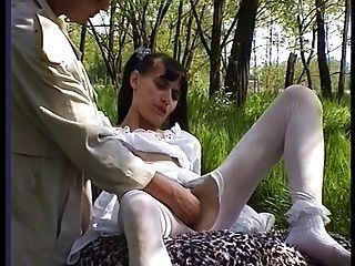 Garota peluda em meias fica fodida fora