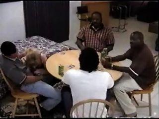 Sujeita submissa em uma festa de poker
