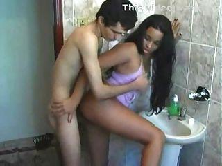 Latina fodido no banheiro antes de ir trabalhar